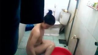 無良房東在浴室裝針孔!女孩尿尿的姿勢各種怪異...讓我不禁大開眼界:私下真沒氣質