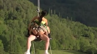 本以為是高空垂吊..結果居然是極限性愛!男女空中互相交疊%%%:最後還能瞄準她的嘴