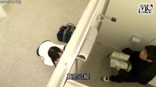GS-097 我沒事就放學後躲男廁所,結果有人敲門我一開始沒理,後來一開門發現眼前是位快憋不住的女孩,穿著運動短褲失禁!?[中文字幕]