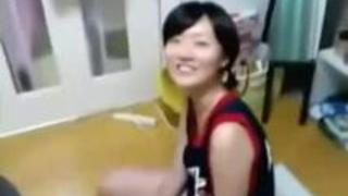 【エロ動画】いちゃいちゃボーイフレンドと密着しながらチンチンをシゴいたりなめる美女