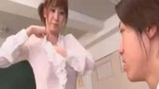 【麻美ゆま】お気に入りの生徒に洋服脱がすの手伝ってと誘惑する巨乳女教師がたまらんw