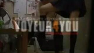 【のぞき動画】万引きした女子高生にオナさせて自分のペニスをしゃぶらせる変態店長wwwww