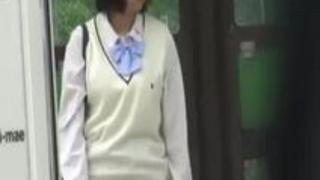 オナニーがしたくて家まで我慢できなくなった女子校生が公園のベンチでヤリ始めた