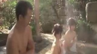 【親子丼】「駄目!見ちゃ…マァ///」露天で娘を守ろうとした人妻があまりの巨根に釘づけに!しっかり親子で3Pパコ!!!