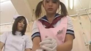 女子高生はラテックス手袋で看護師から手コキを学ぶ