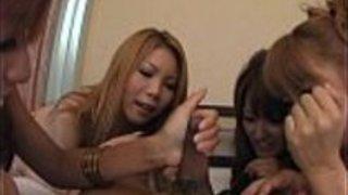 魅力的でかわいいアジア人の雌犬が口ずさみで吸う