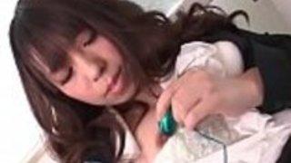 日本の赤ん坊千夏来栖は肉を食べる前に、彼女自身の猫プラグ