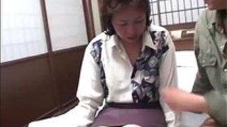 【高齢熟女動画】還暦のムッチリ垂れ乳おばさんがAV初撮りで生ハメ連続中出し!