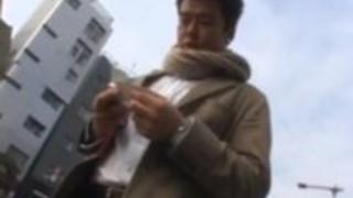 小澤マリアは彼女の熱い切断屋外を示しています