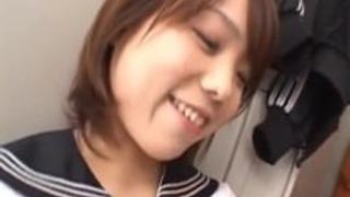 ミク森本いたずらなアジアの女子高生は、foのクローズアップでダブルフェラチオを与えます
