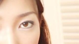 痴女日本のティーンパイズリファックと彼女の口の中に射精して報われる
