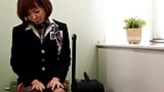 熟女のオナニーは、彼女の猫にバイブレーターを使用しています
