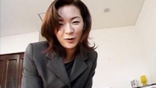 オフィススーツを着た日本のMILFは、登山の前に巨根を吸います
