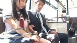 制服少女がバスの中で手マンされ大量潮吹きwww強制ハメハメ!