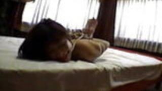 アジアのアマチュアの美しさは縛られ、ベッドの上に置かれた