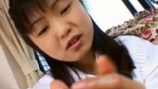 アンナは細かい手コキから手にザーメンを取得します