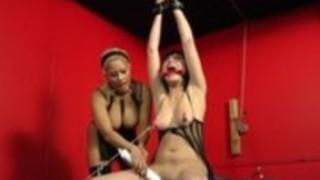 一つの気紛れブルネットは縛られて、彼女のブロンドのマスターによって回転されます