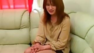 日本の女の子は巨根と引き換えに洋服を投げかけ
