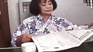 六十歳アジアの若い男が彼女のスナッチフィンガーできます