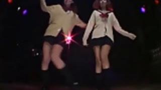 2セクシーな日本の女子高生午後の女の子ディスコStripdance
