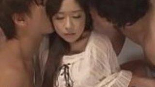 日本の十代の若者は彼女の2人の親友を犯す - もっとElitejavhd.com