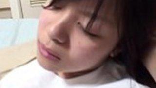 酔っぱらったジャパニーズ・レディーは顔を合わせて眠っている - もっと見るhttp://onlyjavhd.com
