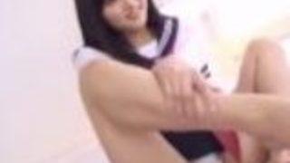 【上原瑞穂】生脚にセーラー服の美女姉さんが、M男のチ○ポをパンチラしながら手ヌキ&足コキ