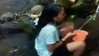 川の入水口で堂々と脱いで体を洗い出すアジアンギャルの動画が面白い件www|イクイクXVIDEOS日本人無料エロ動画まとめ