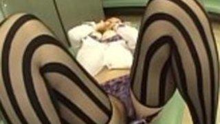 日本人の母親、セクシーなアマチュア・ビデオで雄鶏のためのスプレッド・レッグを犯したい